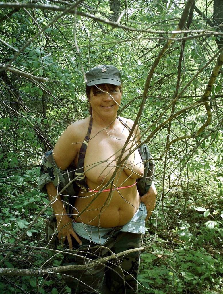 girl nudist in water